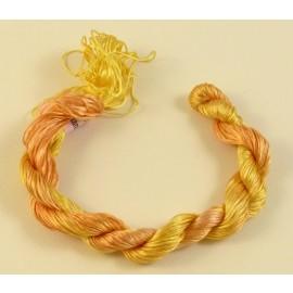 Filaments de soie jaune orangé changeant