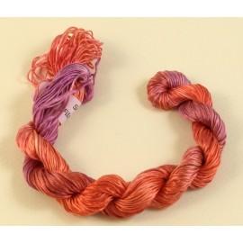 Filaments de soie rouge rosé changeant