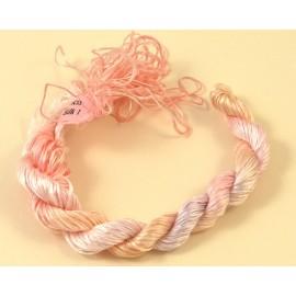 Filaments de soie rose pâle changeant