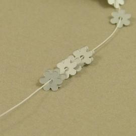 Paillette fleur 5 mm argent mat sur fil