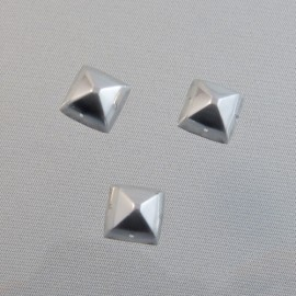 Pyramid embossed cabochon 10 mm silver